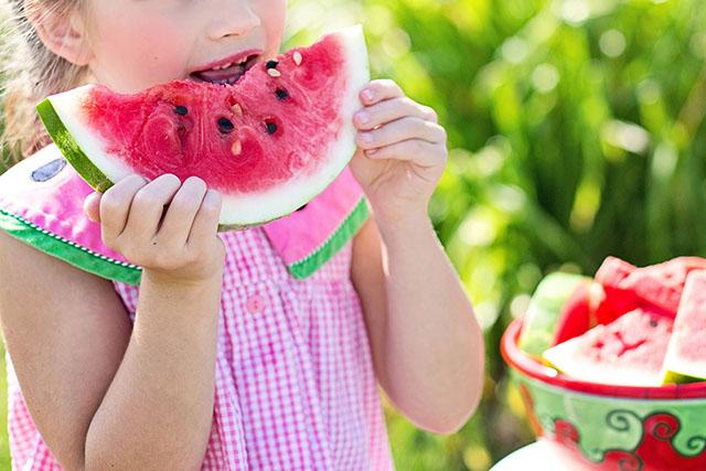 Niños comiendo nuevos alimentos
